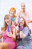 Frauen zeigen Sexspielzeug, das sie auf einer Dildo-Party gekauft haben