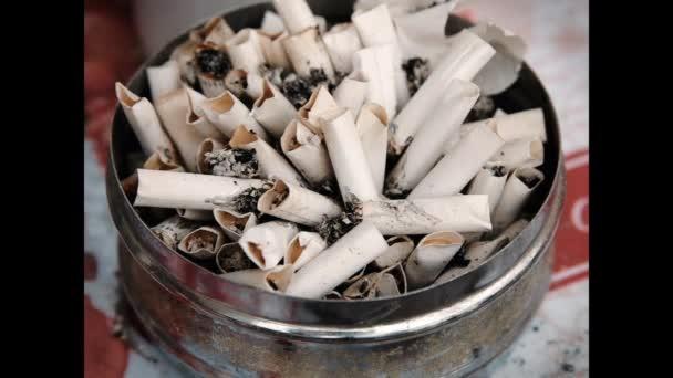Aschenbecher Nahaufnahme mit Zigarettenstummeln