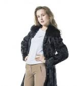 portrét mladé ženy v černém kabátě na bílém pozadí