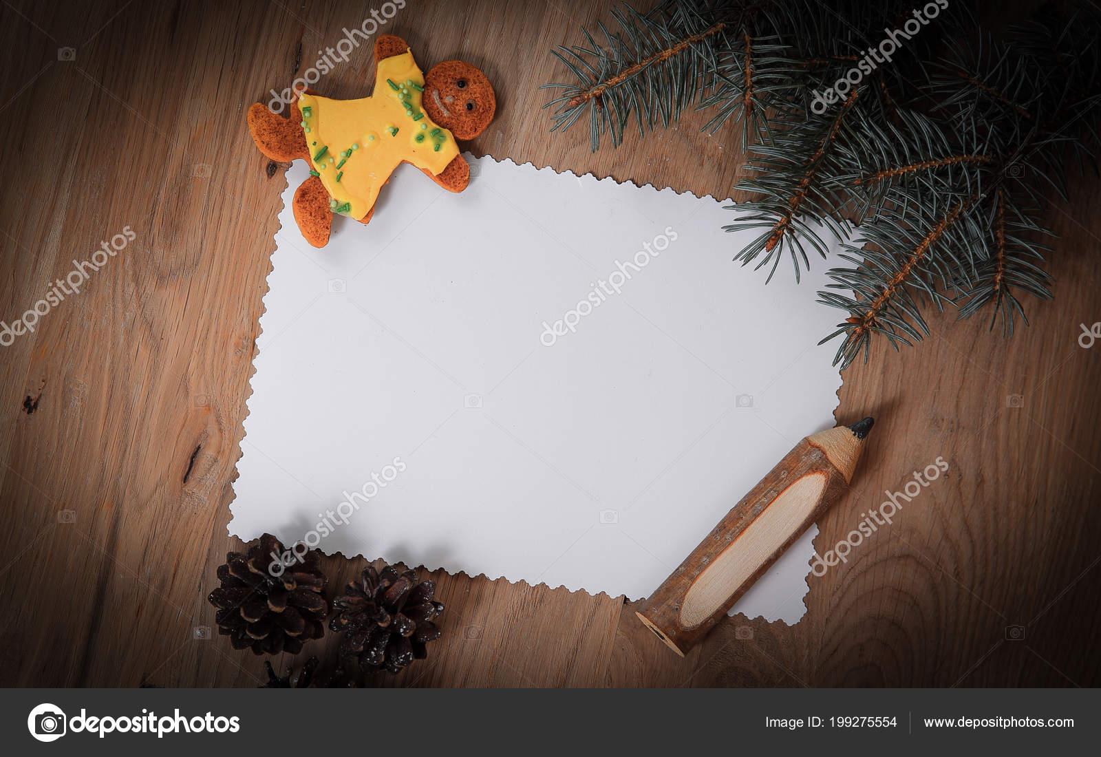 leere Weihnachtskarte, Lebkuchen und Bleistift auf hölzernen ...