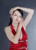 Porträt einer modischen jungen Frau im roten Kleid.
