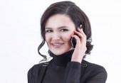 closeup.Confident üzleti nő beszél a mobil. elszigetelt fehér