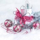 box s vánoční dárek a vánoční ozdoby na nebo