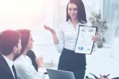 úspěšný obchodní tým o práci na pracovním plánu, obchodní žena se chová s prezentací růst zisku
