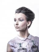 Porträt einer modischen jungen Dame mit modischer Frisur .