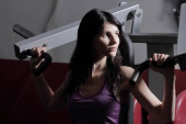 Mladá žena na potahy, bench pressu hrudníku cvičení.