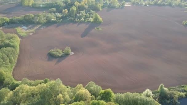 krásný jarní čas krajina s oseli pole, rybník a keře, letecký pohled