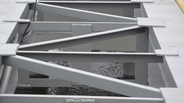 neue Stahlkonstruktion am Quellsee mit letztem Eis, Vergrößerung