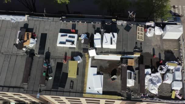 Pracovníci izolující staré ploché střechy domu s polystyrenem, dron vzlétnout, letecký pohled