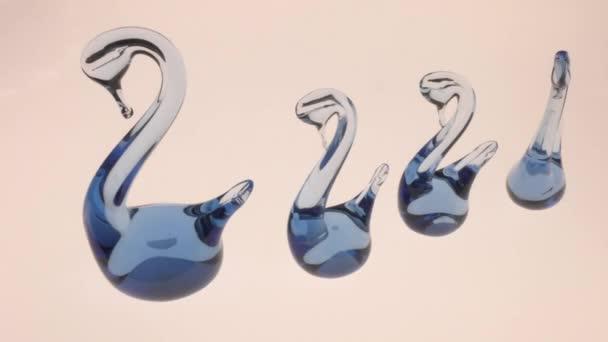 Künstlicher Schwan aus transparentem blauen Glas. Als Talisman verwendet - ein Symbol ewiger Liebe.