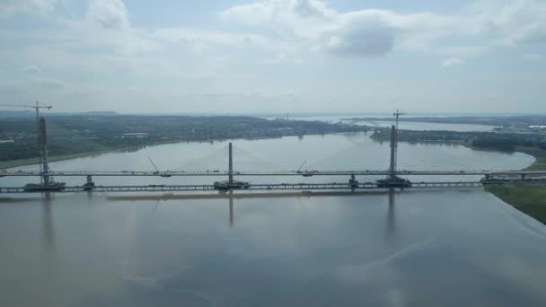 Konstrukce kabelu zůstal most přes širokou řeku