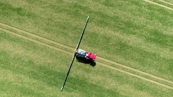 Terreno agricolo viene spruzzato con lerbicida glifosato controverso