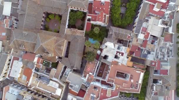 Ptačí pohled na střechy, zahrady a ulice Seville, Španělsko