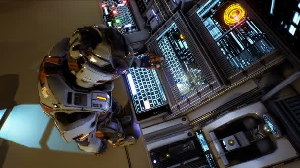 Astronaut der Zukunft drückt die Tasten auf dem Sci-Fi-Bildschirm. Realistische Bewegung Hintergrund. Animation der nahtlose Schleife.