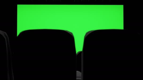 Kinoinnenraum des Kinos mit leerer Kinoleinwand mit grüner Leinwand und leeren Sitzen. Unterhaltungskonzept für Filme.