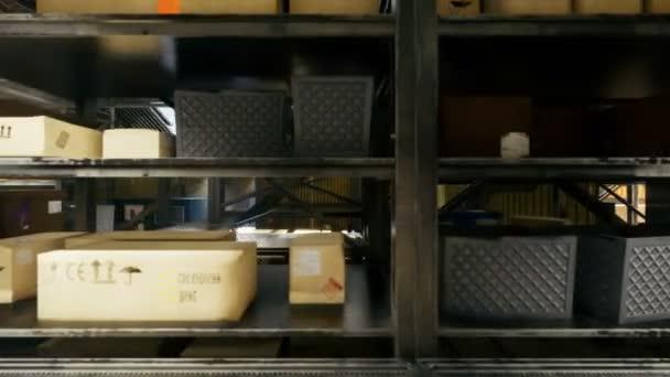 A kamera repül át egy hatalmas ipari raktár dobozokkal. Egy nagy logisztikai terminált. Végtelenített valósághű 3D animáció.