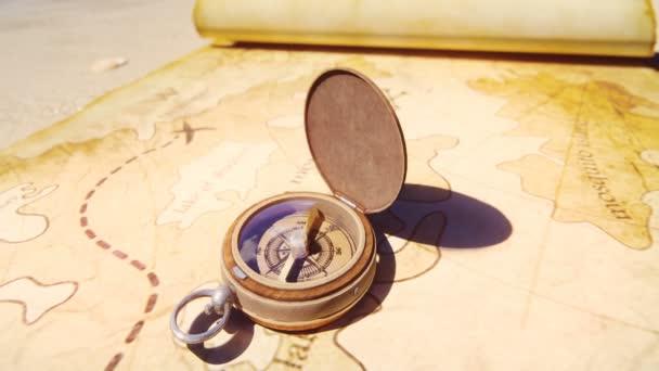 Piratenkompass auf der Schatzkarte, die auf der Insel der Piraten im Sand liegt. Schöner Piratenkompass auf einer alten Piratenschatzkarte.