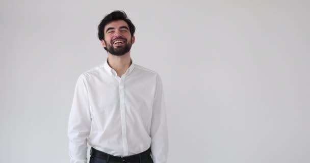 Podnikatel se směje přes bílé pozadí
