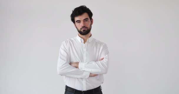 Üzletember karok keresztbe fehér háttér