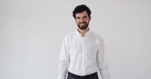 Üzletember mosolyog a fehér háttér