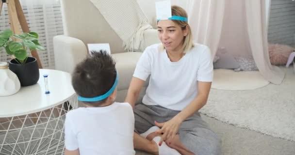 Matka a syn hrají, kdo jsem hra