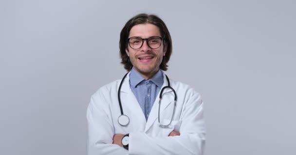 Šťastný doktor se zkříženýma rukama