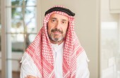 Photo Middle age arabian man at home with a confident expression on smart face thinking serious