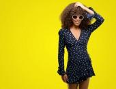 Fotografie Afroamerikanische Frau mit Sonnenbrille und Sommer Kleid betonte mit Hand auf Kopf, schockiert mit Scham und Überraschung Gesicht, wütend und frustriert. Angst und Aufregung für Fehler