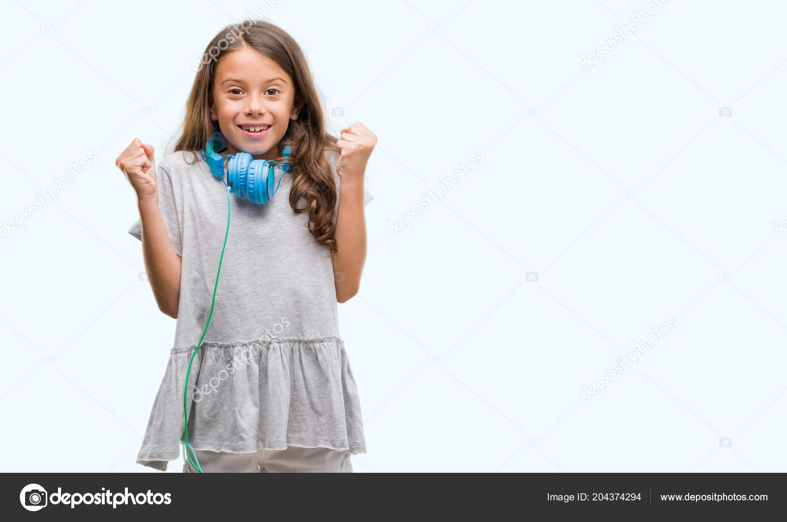 bff395d1509 Μελαχρινή Κορίτσι Ισπανόφωνος Που Φορούν Ακουστικά Ουρλιάζοντας Περήφανος  Και Γιορτάζει — Φωτογραφία Αρχείου