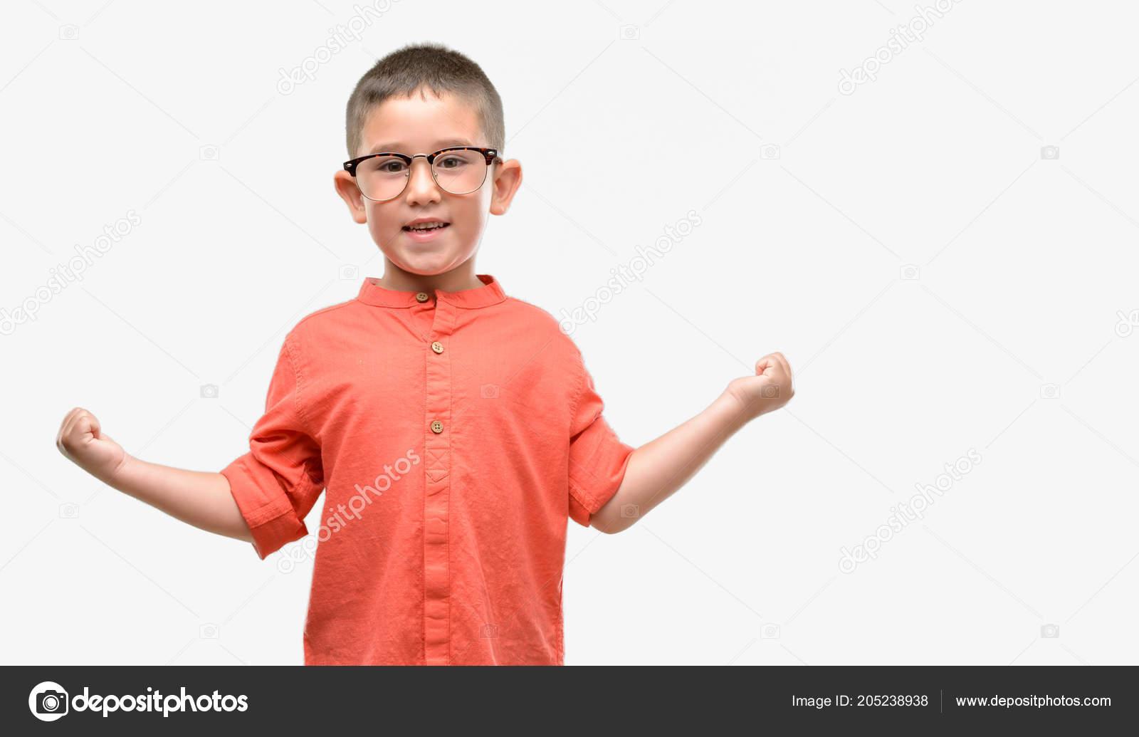 Oscuro con pelos niño con gafas gritando orgulloso y celebrar la victoria y  el éxito muy emocionado 01ef2e78f0ec