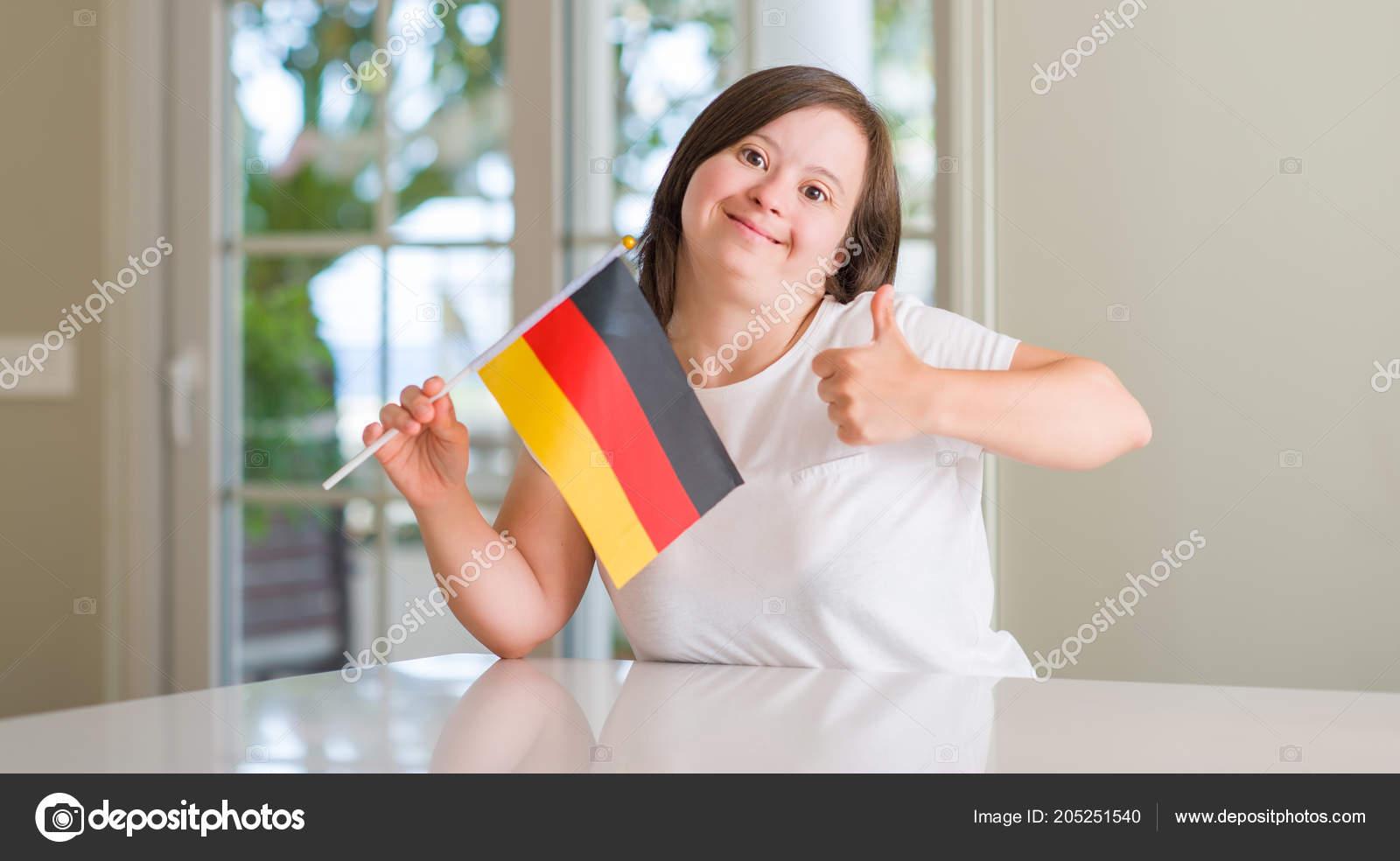 021835dba7 Síndrome Casa Mulher Segurando Bandeira Alemanha Feliz Com Grande Sorriso —  Fotografia de Stock