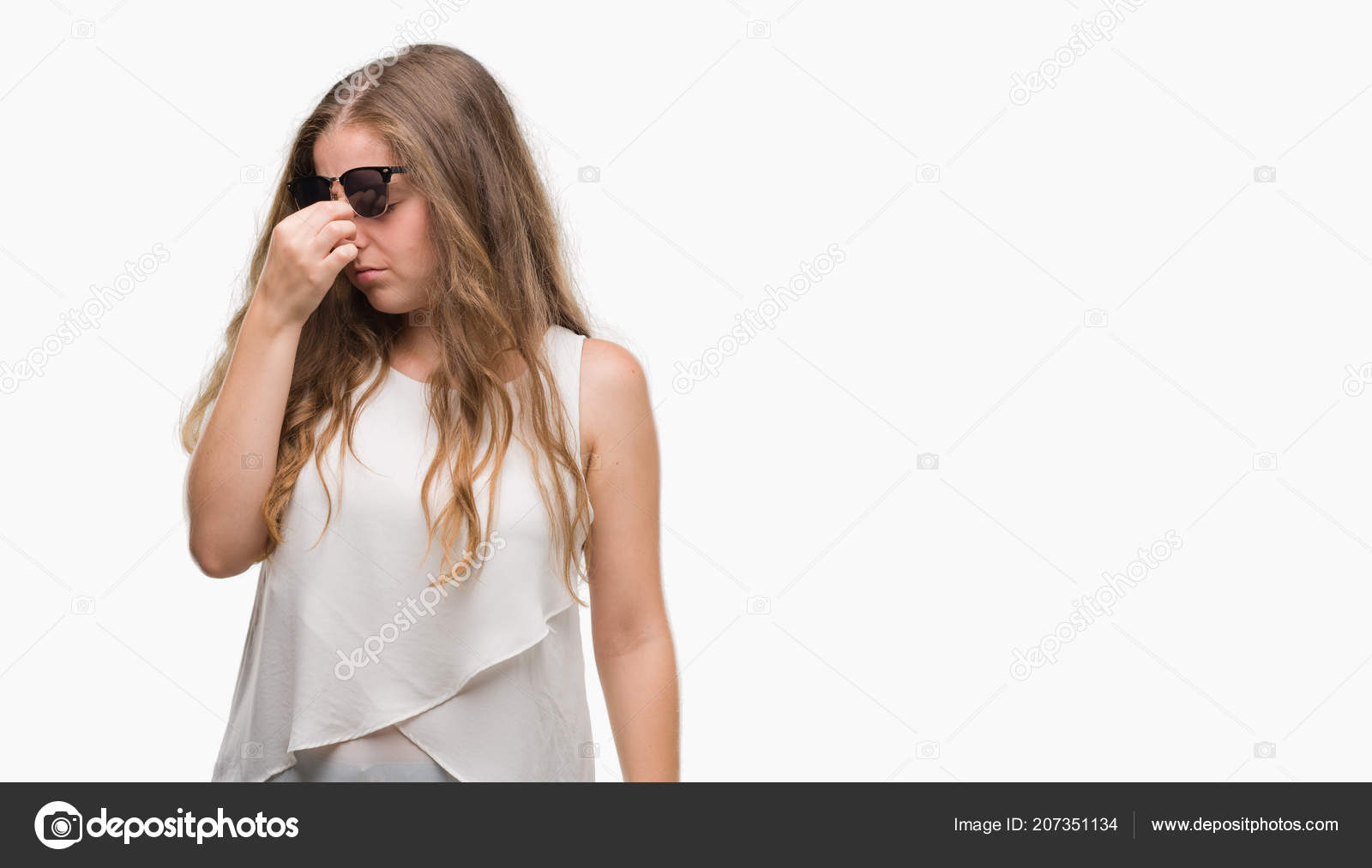 f983faf324 Νεαρή Ξανθιά Γυναίκα Που Φοράει Γυαλιά Ηλίου Κουρασμένος Τρίβοντας Μύτη —  Φωτογραφία Αρχείου