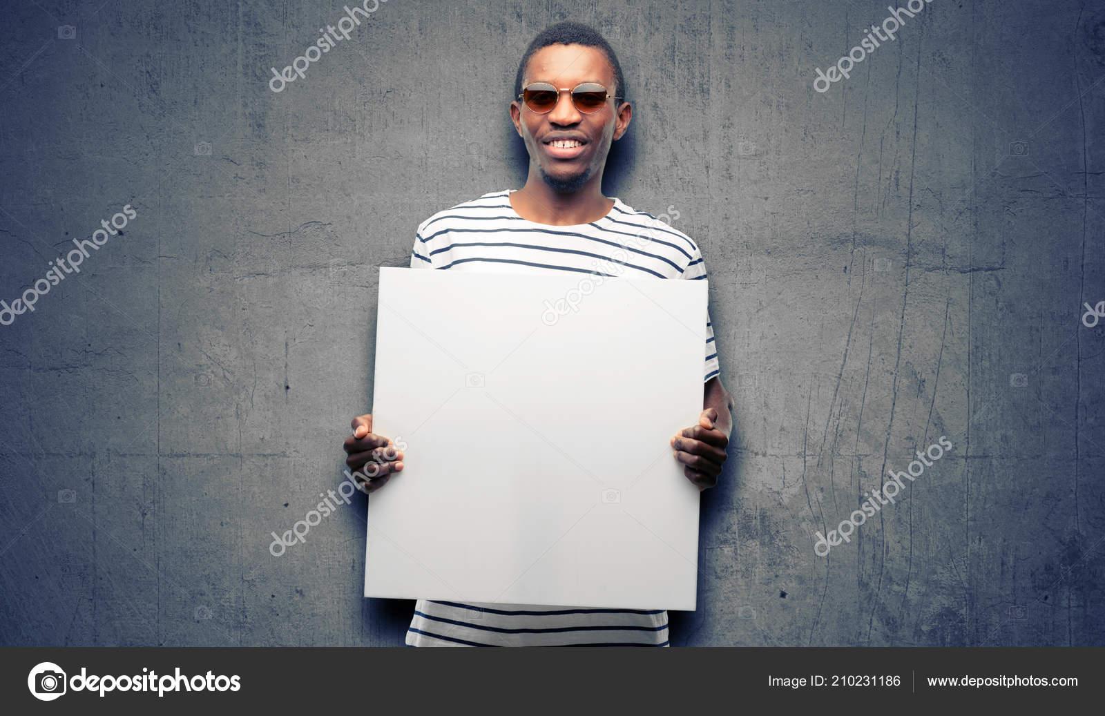 c8e53351a3b3d Homem negro africano de óculos segurando o banner de publicidade em branco,  bom cartaz de anúncio, oferta ou anúncio, outdoor de papel grande —  Fotografia ...