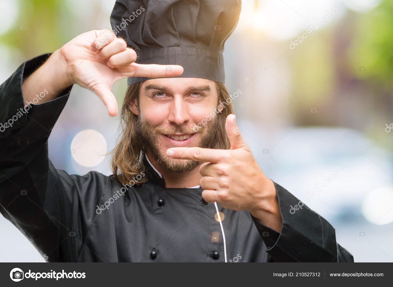 f47bf8c9628efb Jonge knappe kook man met lange haren op geïsoleerde achtergrond  glimlachend maken frame met handen en vingers met blij gezicht.  Creativiteit en fotografie ...