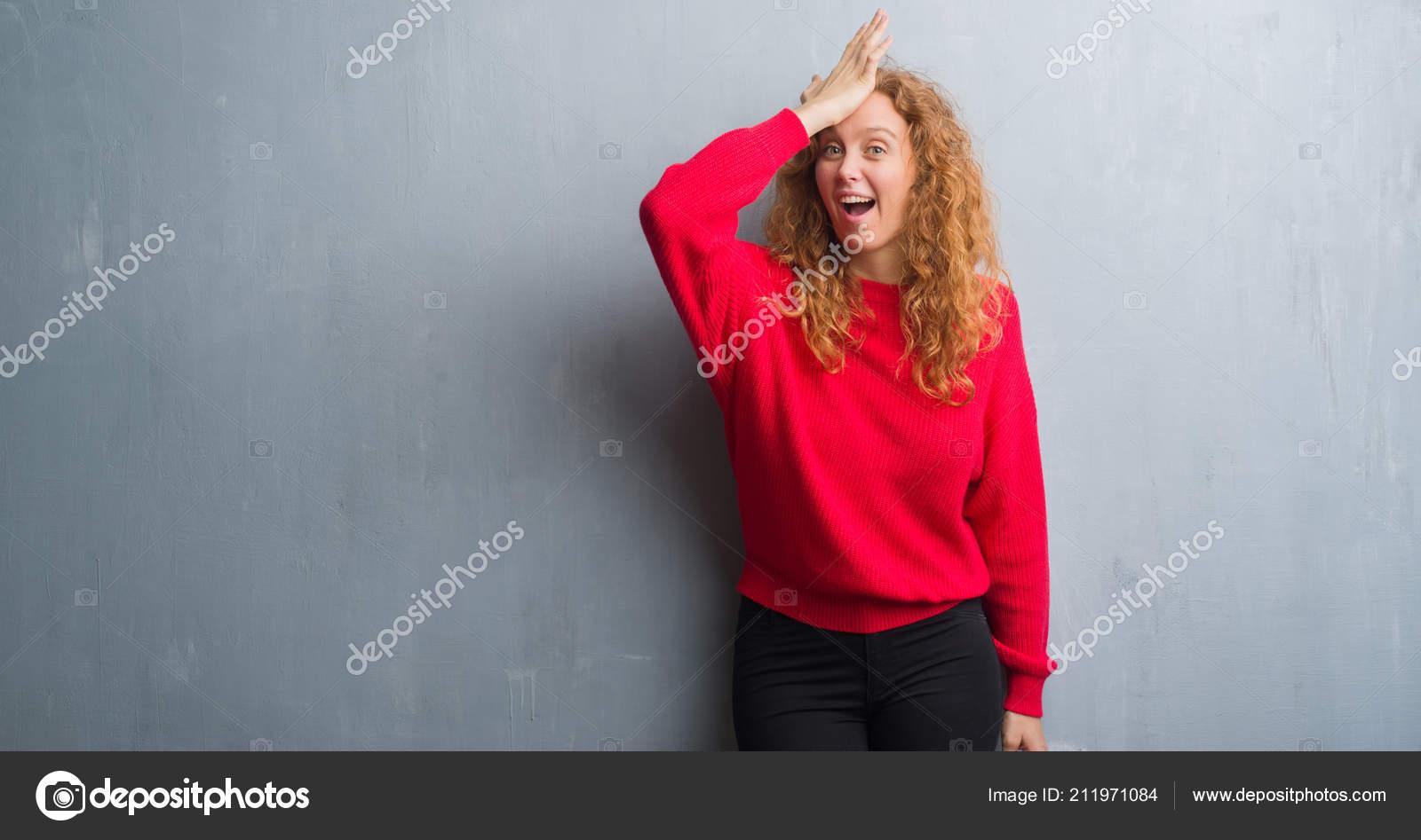 d416fd0ab Camisola Mulher Sobre Grunge Cinza Parede Vestindo Vermelho Jovem Ruiva —  Fotografia de Stock