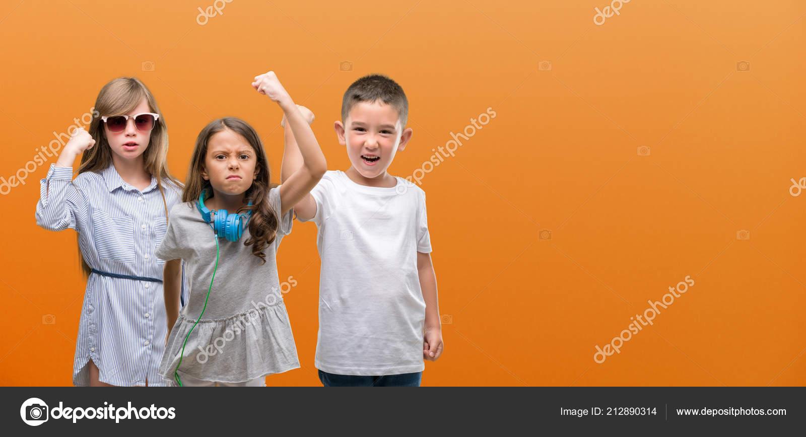 b7d528ca3b6 Ομάδα Αγόρι Και Κορίτσια Παιδιά Πάνω Από Πορτοκαλί Φόντο Ενοχλημένοι ...