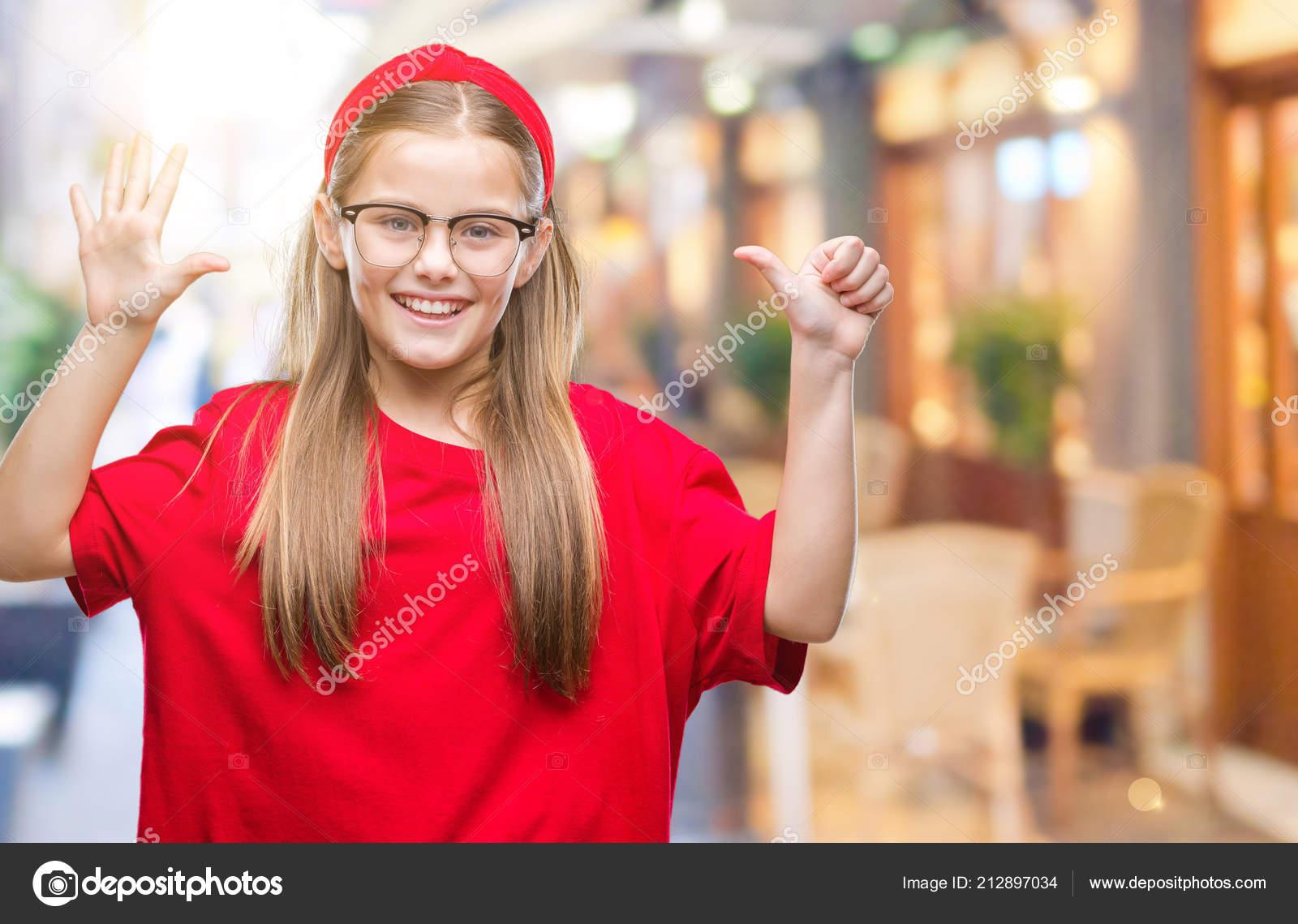 Gafas con hermosa joven sobre fondo aislado mostrando y señalando con los  dedos numero seis mientras sonriendo confiada y feliz — Foto de Aaron Amat cae73becca09