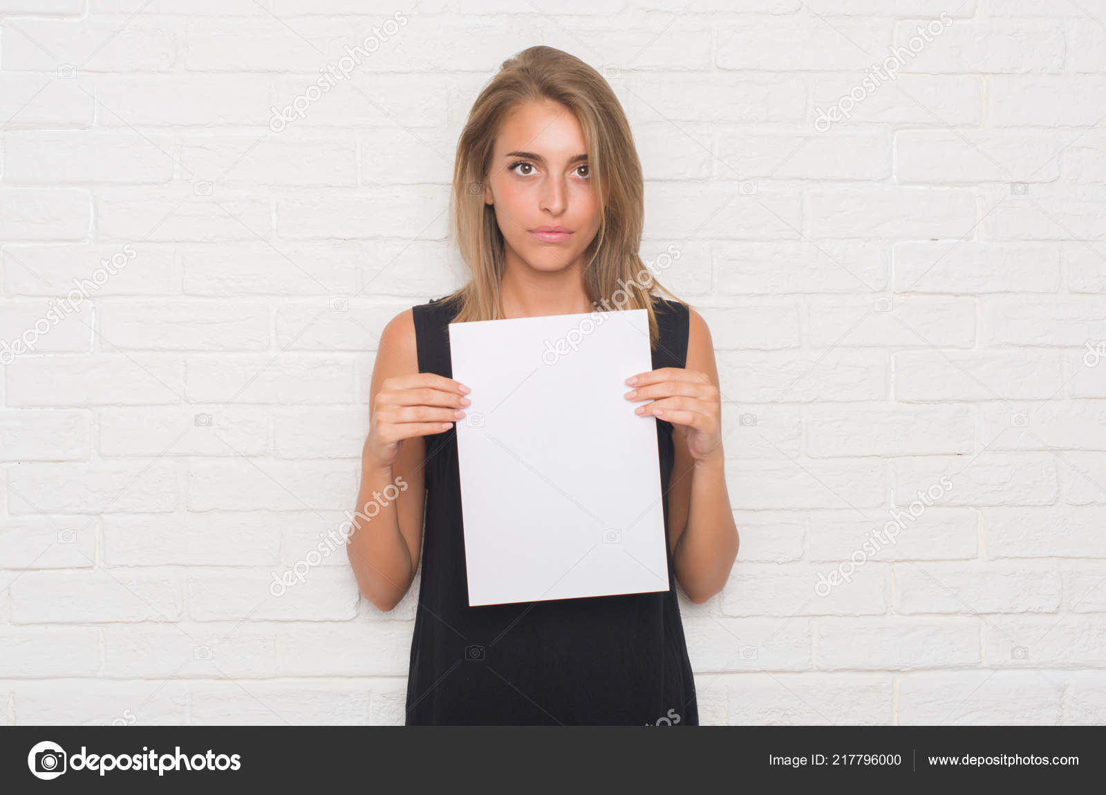 фото с белым листом бумаги в руках нее
