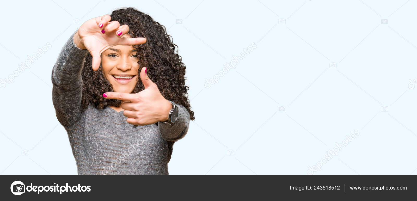 93d351285 Camisola Jovem Mulher Bonita Com Cabelo Encaracolado Vestindo Cinza  Sorrindo — Fotografia de Stock