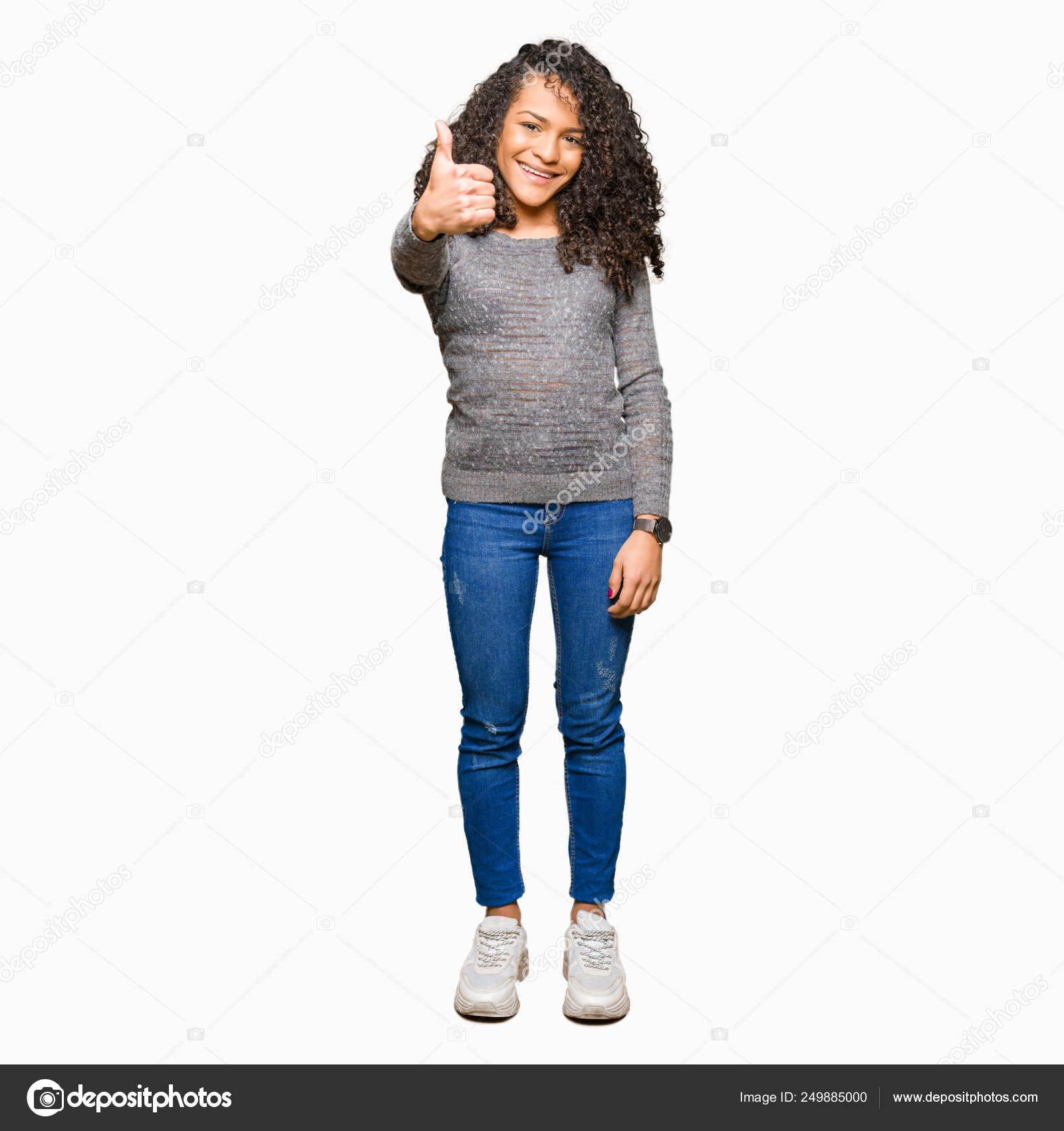 1e8f15589 Camisola Jovem Mulher Bonita Com Cabelo Encaracolado Vestindo Cinza Fazendo  — Fotografia de Stock