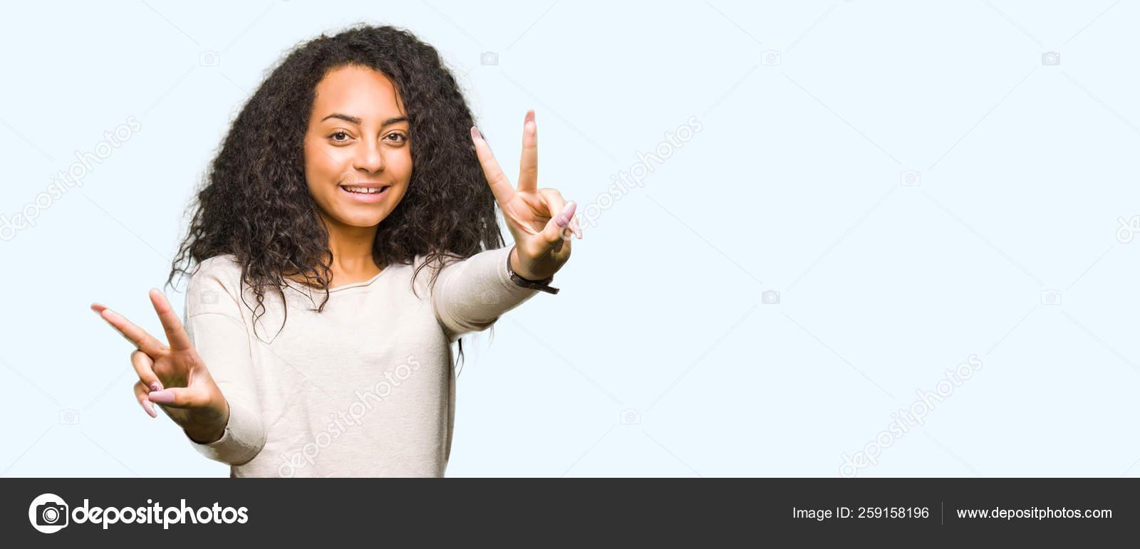 b1ae3b9c8 Jovem Menina Bonita Com Camisola Casual Vestindo Cabelo Encaracolado  Sorrindo — Fotografia de Stock