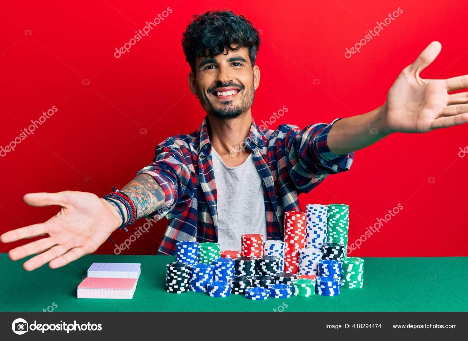 Pemuda Hispanik Duduk Meja Dengan Chip Poker Dan Kartu Melihat Stok Foto C Krakenimages Com 418294474