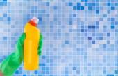 Barevná čisticí sada pro různé povrchy v kuchyni, koupelnách a dalších místnostech na pozadí kuchyňské mozaiky. Přehled koncepce čisticí služby.