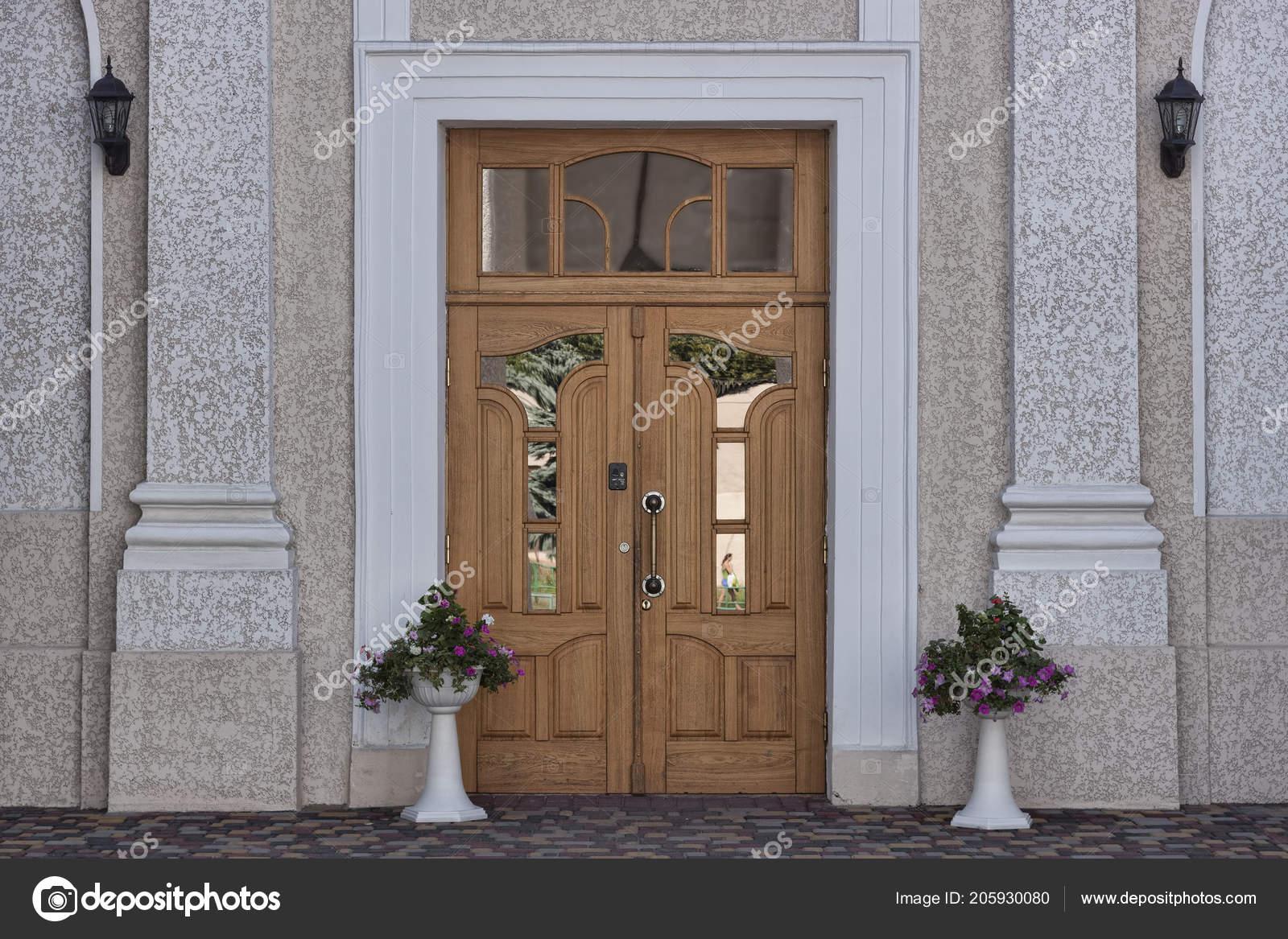 Grote Spiegel Hout : Grote deur gemaakt van hout met spiegel inzetstukken u stockfoto