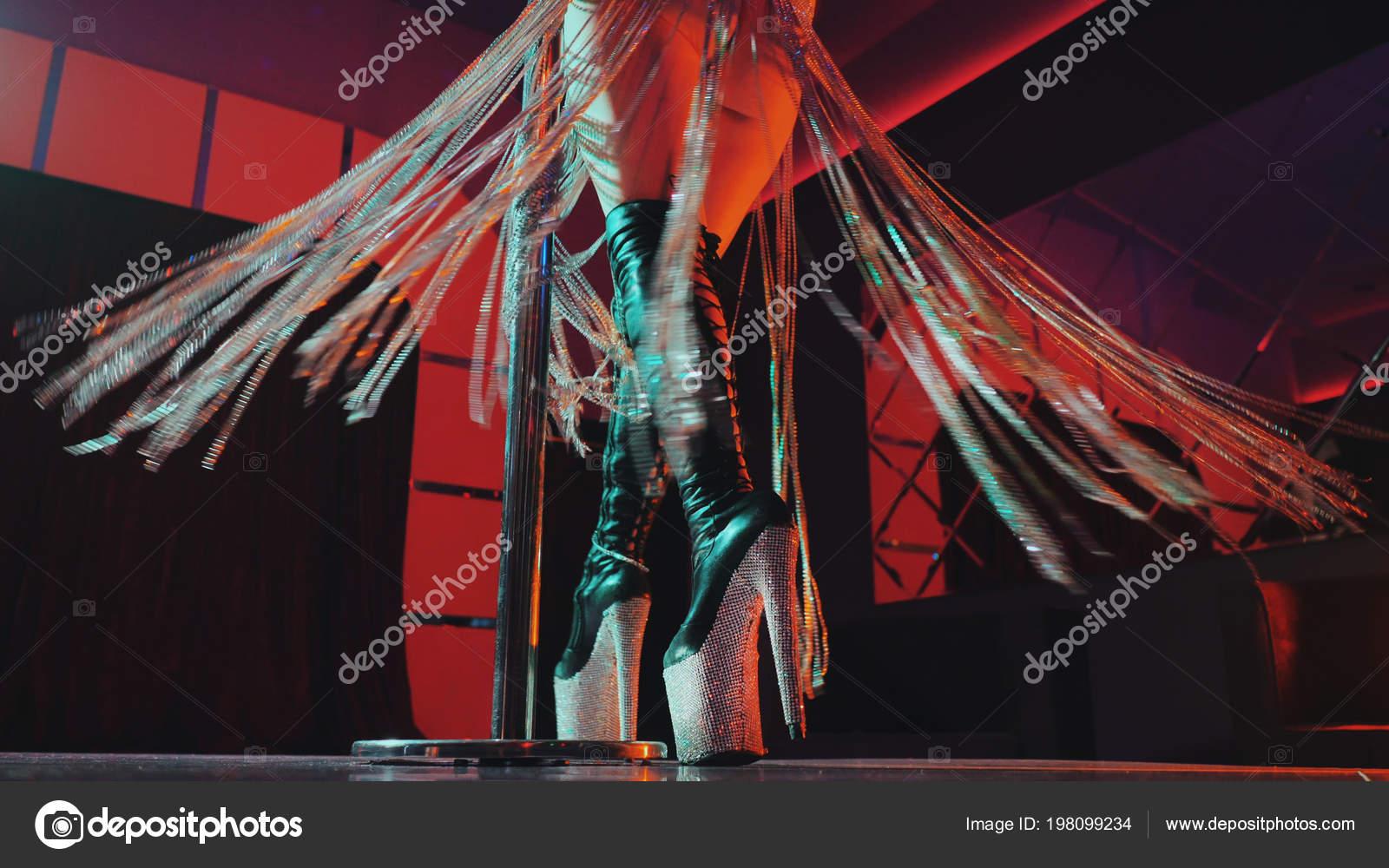 Mujer sexy en cuero alta botas en los tacones de plataforma con ...