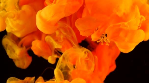 Színes orange festék keverés a víz. Felhő selymes sárgarépa színes tinta örvénylő víz alatti. Absztrakt füst robbanás lehet használni, mint áttûnések a modern projektek