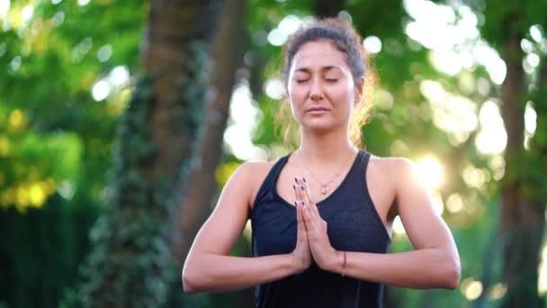 Koncentrált lány állt a kezek namaste és meditál vagy imádkozott. Fiatal nő egyedül a trópusi sziget a fából készült fedélzet jóga keleti megjelenése