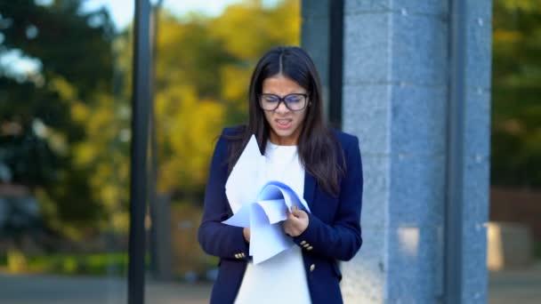 Dühös dühös nő Hivatal munkás dobás Összegyűrt papír, hogy idegösszeroppanást, munkahelyi, sikoltozva, a harag, stressz kezelése, lelki problémák, vesztes indulat, reakció hiba esetén