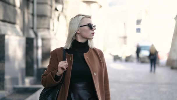 Portrét mladé atraktivní blondýnka v podzimní city. Dívky mají stylový vzhled, sluneční brýle a piercing do nosu. Lady, chůzi na ulici sám. Móda a krása koncepce