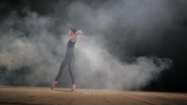 Tánc balerina bézs színű selyem ruha és pointe töltésen óceán vagy tenger strand felett napkeltekor. Fiatal gyönyörű szőke nő, hosszú haj, gyakorló klasszikus gyakorlatok érzelmek.
